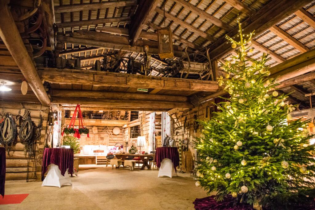 Innenansicht der Dechanthoftenne mit adventlicher Dekoration und weihnachtlichen Ausstellungsstücken