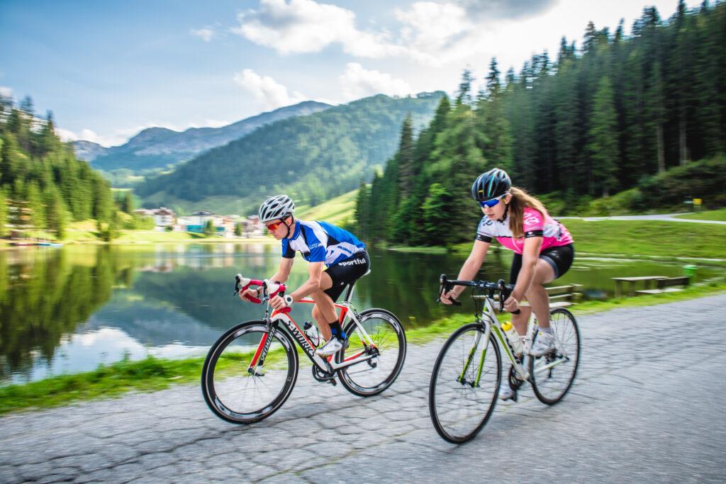 Zwei Radfahrer vor einem See