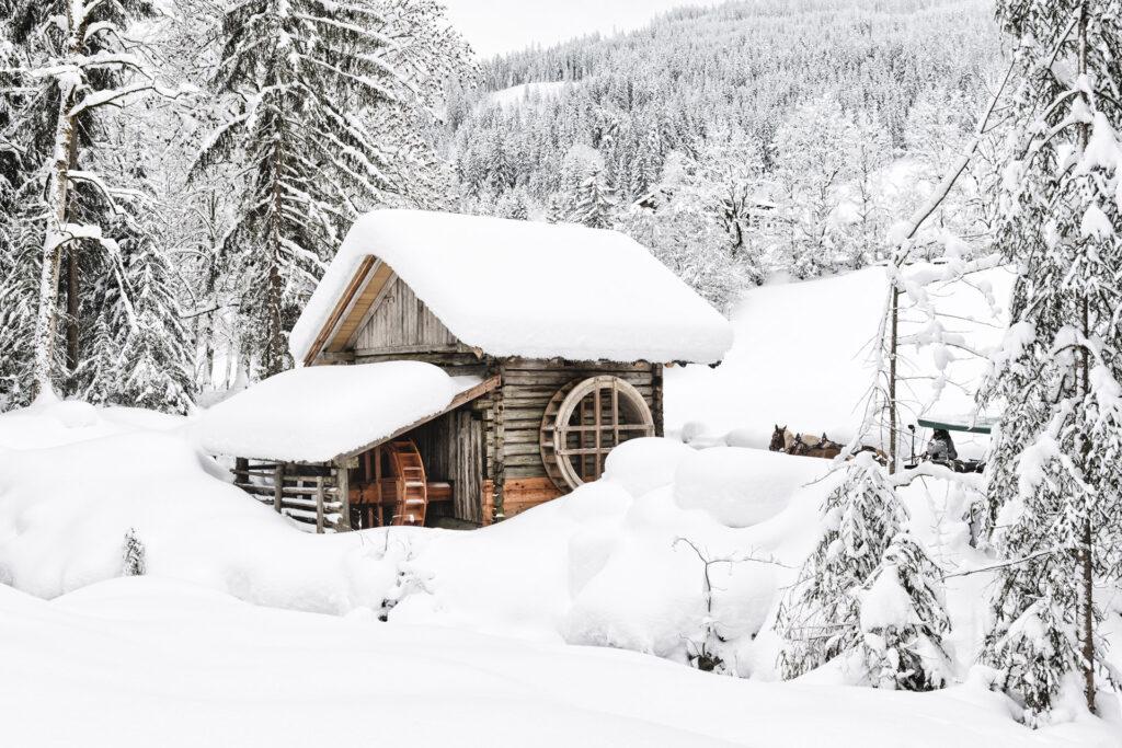 Alte Mühle in tief verschneiter Landschaft