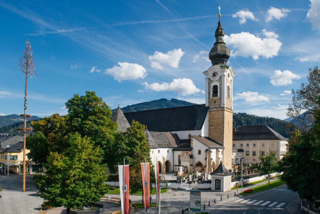 Kirche und Kirchplatz in Altenmarkt im Pongau