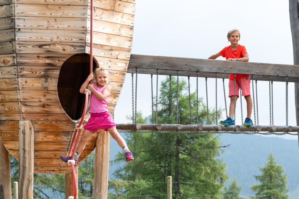 Kinder auf einem Kletterspielplatz