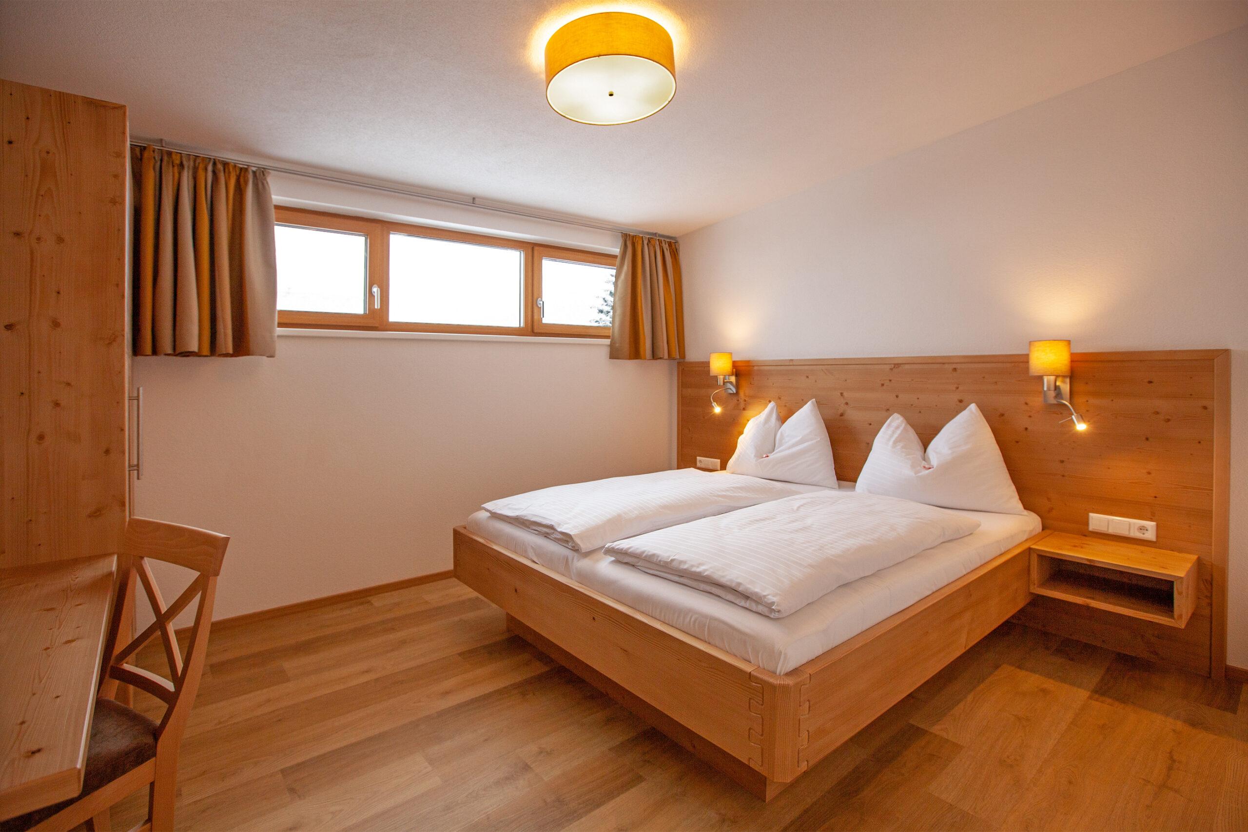 Doppelbett im Apartment Hochbifang