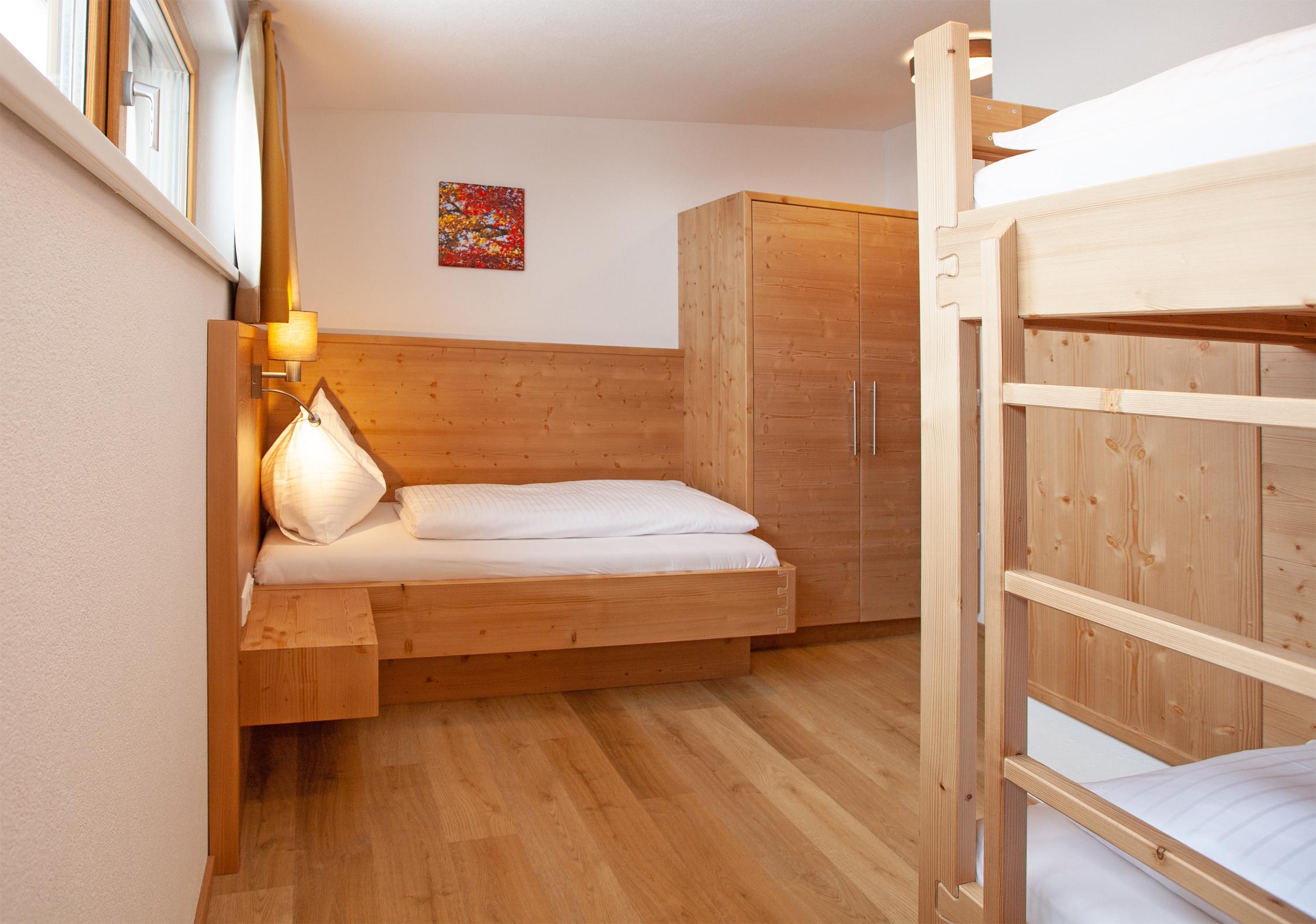 Einzelbett im Dreibettzimmer im Apartment Hochbifang