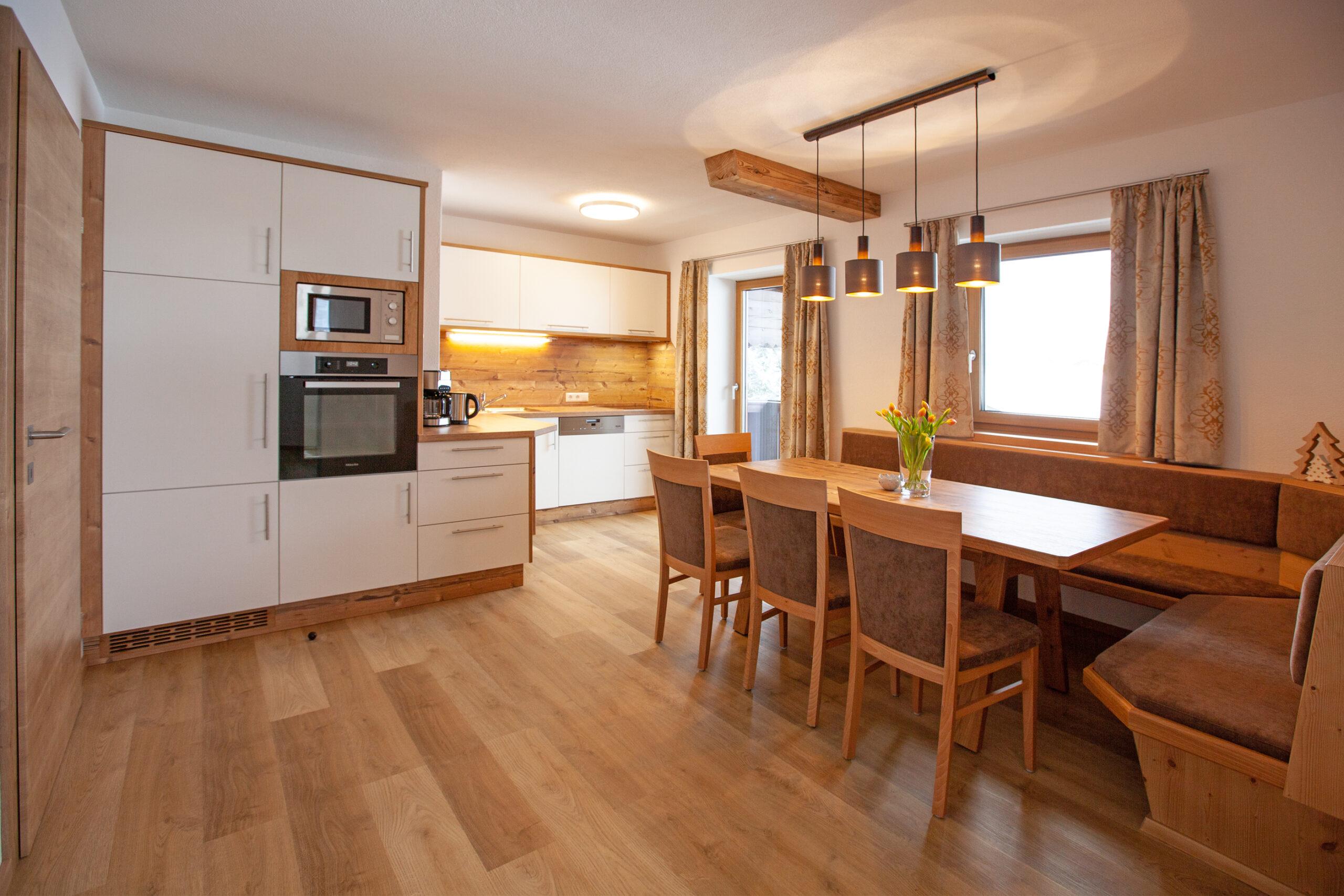 Küche und Esstisch im Apartment Hochbifang