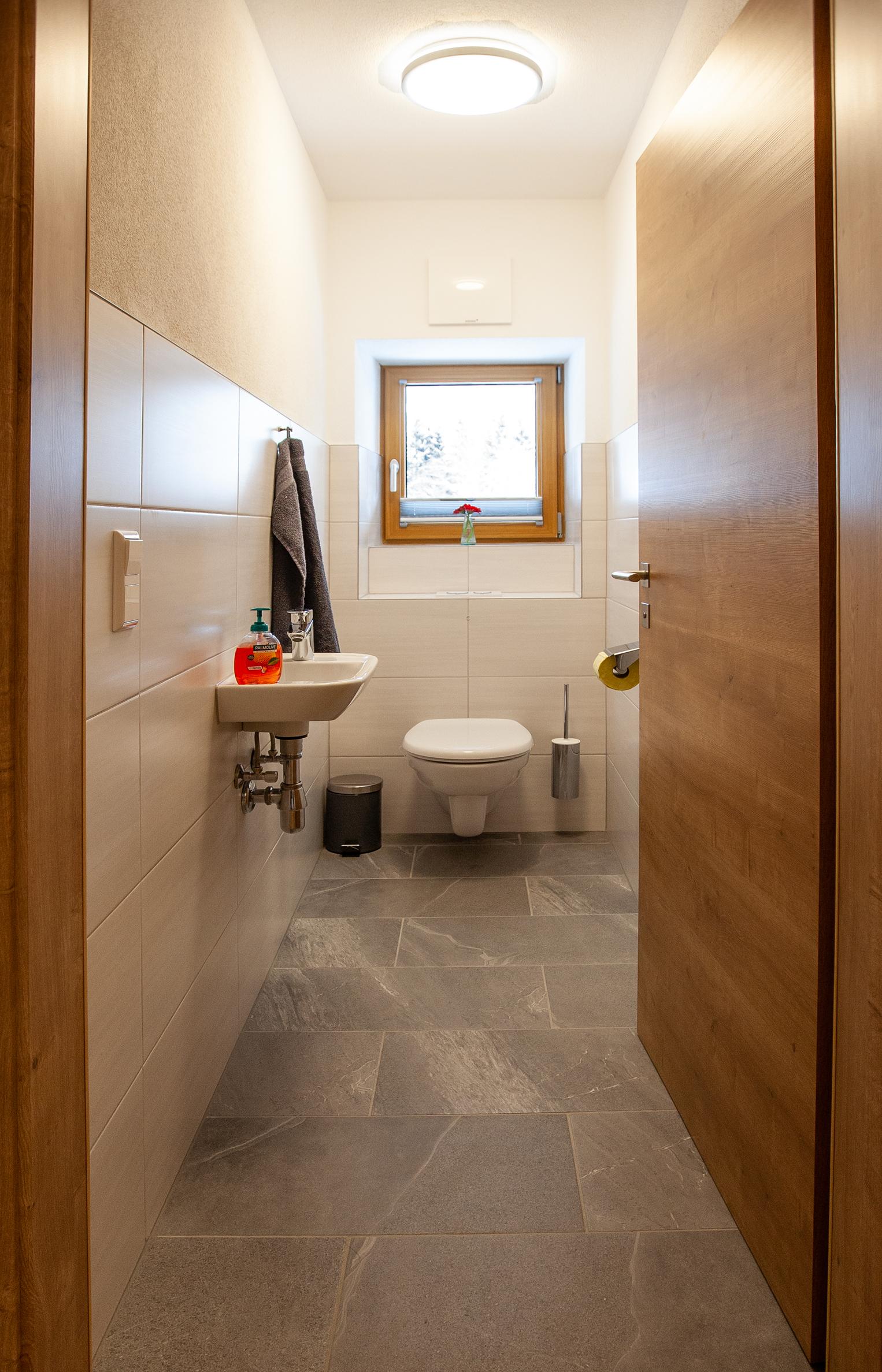 Toilette im Apartment Hochbifang