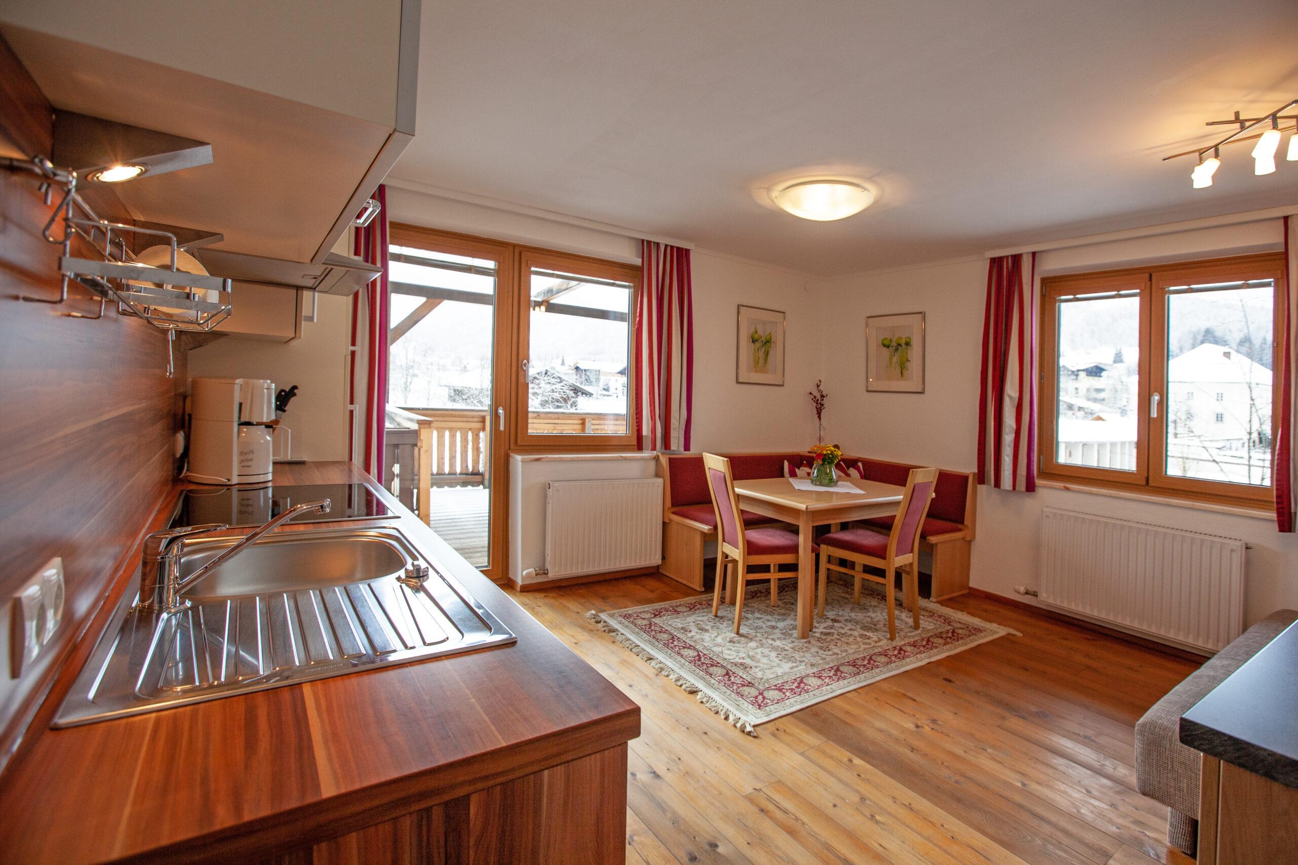 Blick in die Küche mit Essplatz im Apartment Lackenkogel