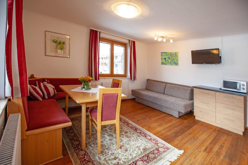 Blick zum Essbereich und Doppel-Ausziehsofa im Apartment Lackenkogel