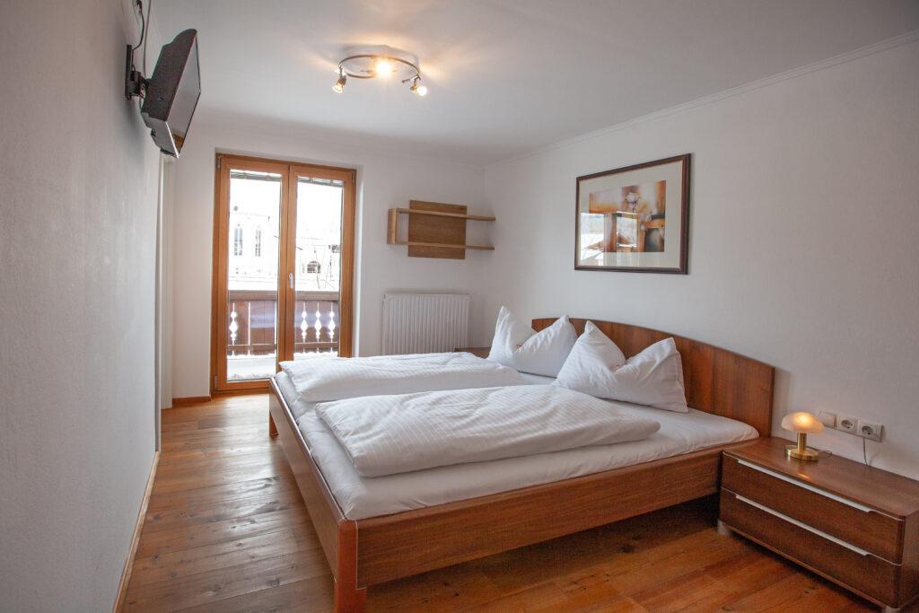 Schlafzimmer mit Doppelbett im Apartment Lackenkogel