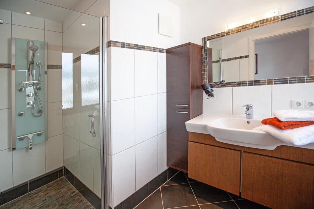 Badezimmer im Apartment Lackenkogel mit Blick auf Dusche und Waschbecken