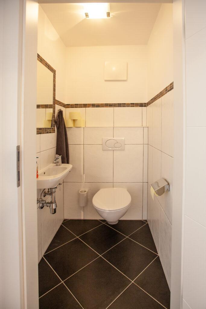Toilette mit Waschbecken des Apartments Lackenkogel