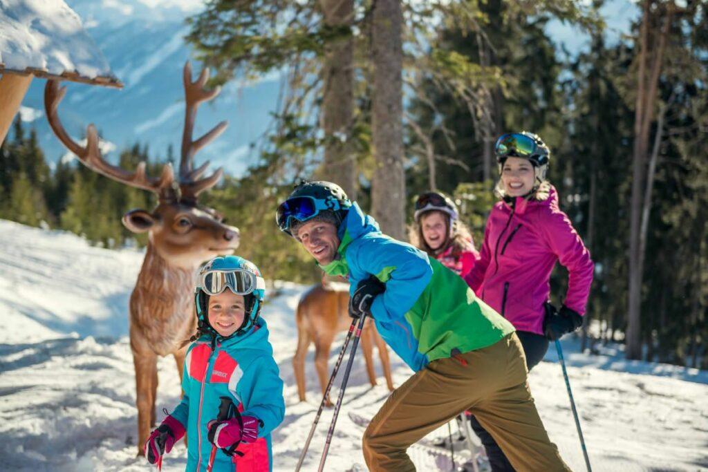 Familie vor Hirsch-Plastiken am Monte Popolo in Eben