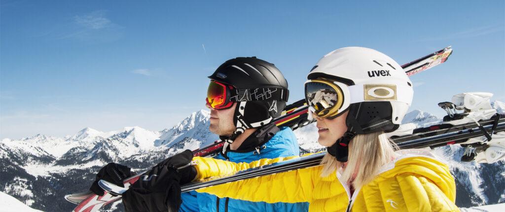 Skifahrer und Skifahrerin im Profil
