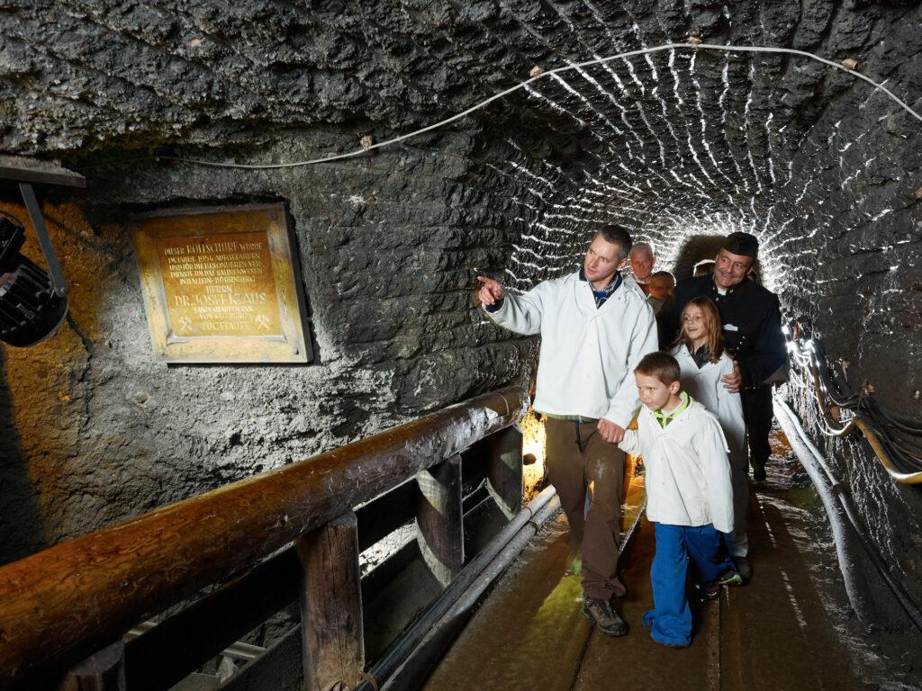 Familie mit Führer im Bergwersstollen – Salzwelten Hallein