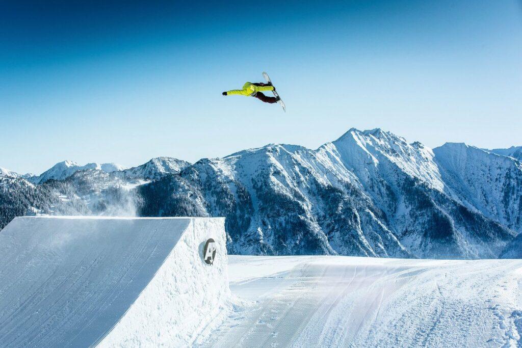 Snowboarder springt auf einer Schanze im Absolut Park in Flachauwinkl