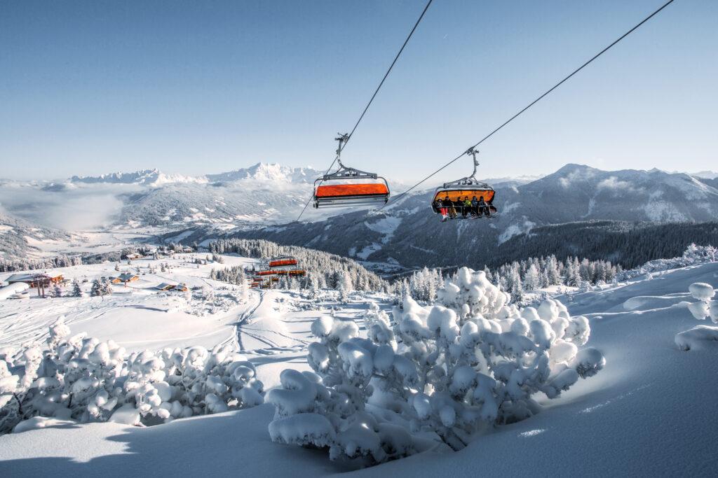 6er-Sessellift Starjet 3 in Flachau über verschneitem Skigebiet